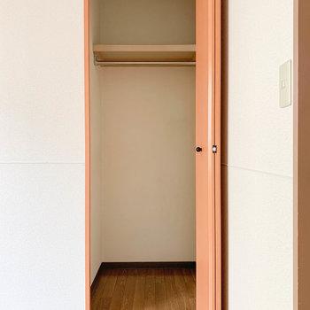 【洋室5.7帖】収納はコンパクトめなサイズ