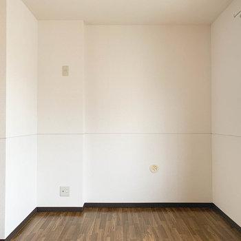 【洋室5.7帖】もう一つの洋室があります。