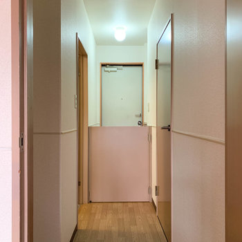 玄関側の横の扉を開けると。