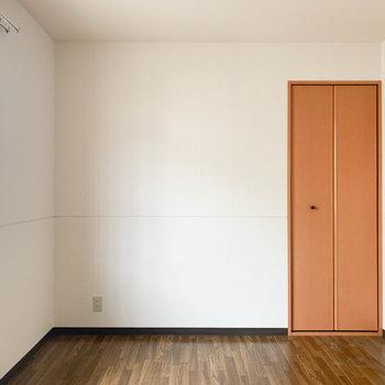 【洋室5.7帖】収納スペースと、こちらも窓がついています。