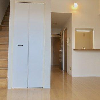 ロフトへの階段横に収納!