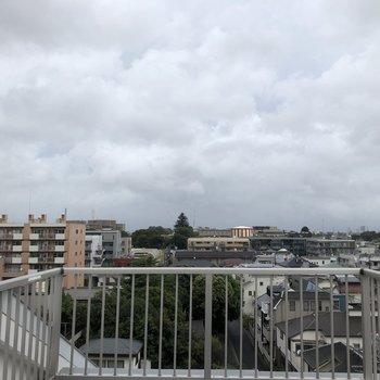 ロフト部分のバルコニーからの眺望。眺め良し!晴れてたら気持ちいいだろうなあ。