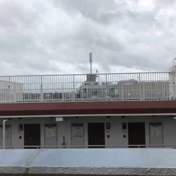 そこからの眺望は、となりの建物の屋上。
