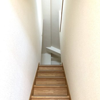 おばあちゃんちの階段を思い出します。