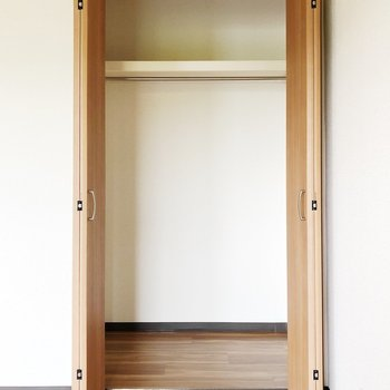 【LDK】玄関に近いのでお出かけ前に出したい服を収納すると良いですね