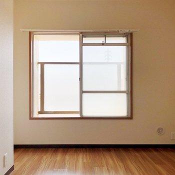 【洋室・北西側】日に透ける窓枠の形が可愛い……!