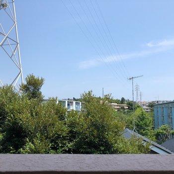 鉄塔と向かいのマンションが見えます
