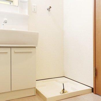 洗濯機置き場は洗面台の隣にあります