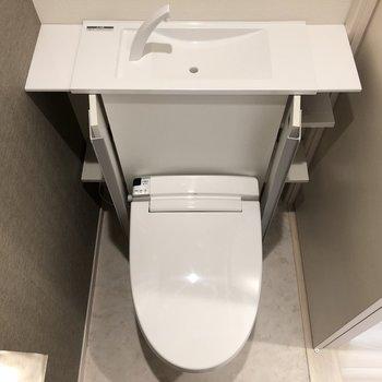 トイレのはおしゃれな天板があって、収納も◎※写真は2階の反転間取り別部屋のものです。