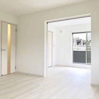 LDKの左のドアは廊下です※写真は通電前のものです※写真は2階の反転間取り別部屋のものです。