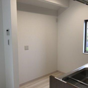 冷蔵庫やレンジ台はキッチンの向かい側※写真は2階の反転間取り別部屋のものです。