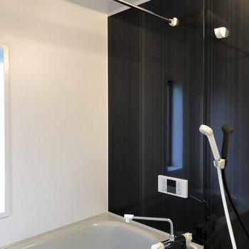 バスルームも綺麗!※写真は2階の反転間取り別部屋のものです。
