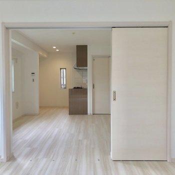 真っ白で綺麗!お部屋が広く感じます!※写真は通電前のものです※写真は2階の反転間取り別部屋のものです。
