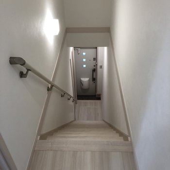 トイレでると、階段です※写真は2階の反転間取り別部屋のものです。