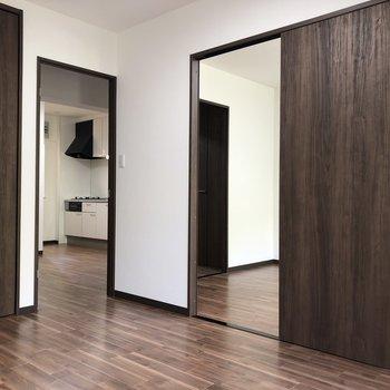 【洋室左】隣のお部屋へは、引き戸で仕切られています。