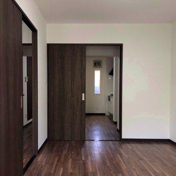 【洋室右】こっちの部屋には収納ありません。