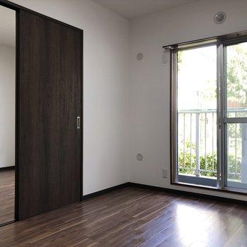 【洋室左】間取り図見て、左側のお部屋へ。