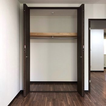 【洋室左】収納の扉を開くと…