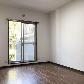 【洋室左】窓から光たっぷり差し込みます◎