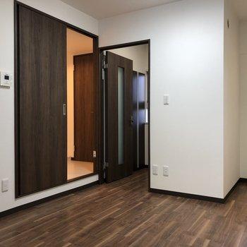 【DK】脱衣所への扉は少し段差があるので、注意。