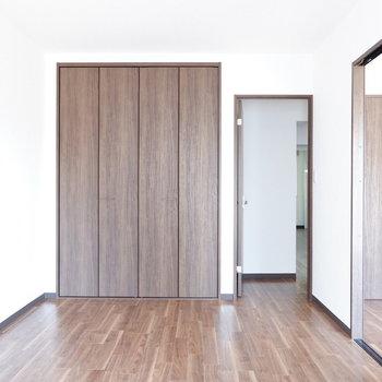 【洋室②】扉を開けておくと開放感あります。