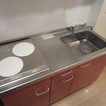 システムキッチンで使いやすく、隣に冷蔵庫が置けるのもいい◎