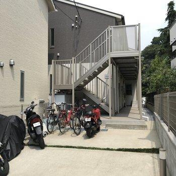 建物の手前に駐輪場があります。