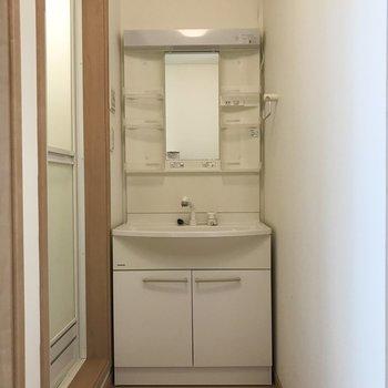 脱衣所兼独立洗面台エリアです。
