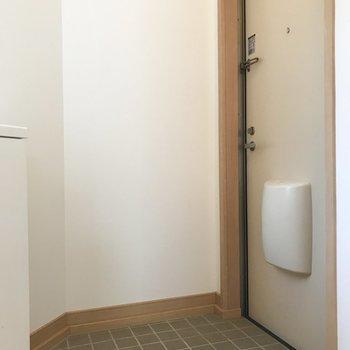 玄関はコンパクトなので脱いだ靴はシューズボックスに入れてね。