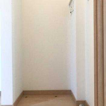 向かいには洗濯機置き場が。