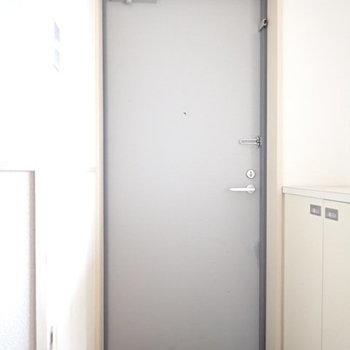 玄関は明るく白で統一