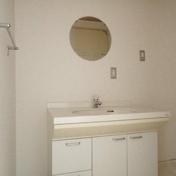 洗面台は丸い鏡がかわいいんですよね~