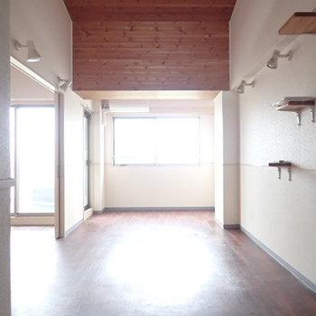 天井がウッド調でログハウスみたい!