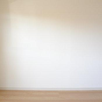 このお部屋はどんな家具でも似合いそう。※写真は別室の間取りが違う部分がございます