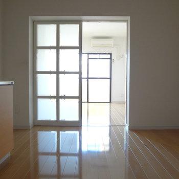 キッチン周辺はすこし暗め。※写真は別室の間取りが違う部分がございます