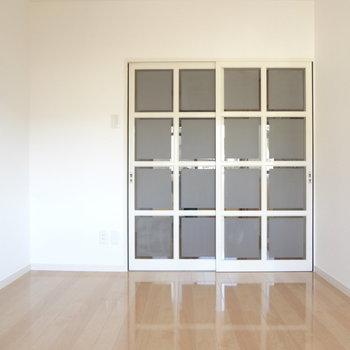 中は白を基調としたお部屋です。※写真は別室の間取りが違う部分がございます