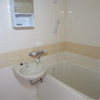 お風呂と洗面台は一緒に。※写真は別室の間取りが違う部分がございます
