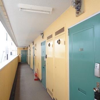 黄色とグリーンの扉がかわいい!