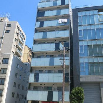 大通り沿いに立つきれいなマンション!