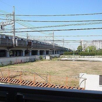 眺望。左手に電車が走っております。※写真は2階の同間取り別部屋です。