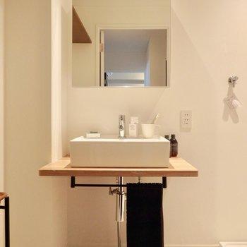 カフェ風の洗面台。※2階反転間取り別部屋のものです。