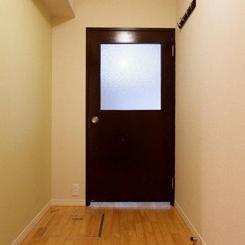 玄関からのこの扉が良いダシ出てる。