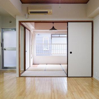 和室との扉を開けると開放的に。