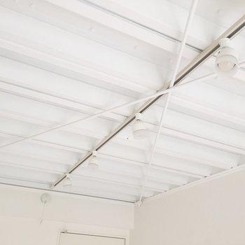 天井のラフな感じ、いいですねえ。※写真は4階の同間取り別部屋の通電・清掃前のものです