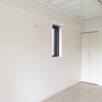 小窓がついているのがいいですね。※写真は4階の同間取り別部屋の通電・清掃前のものです