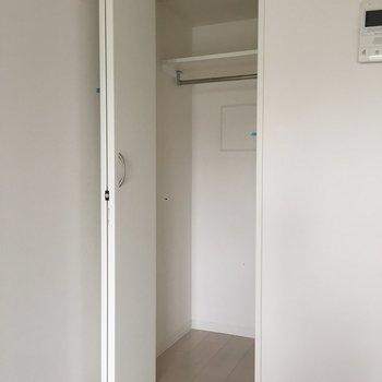 収納はコンパクトですが、奥行きがありますよ。※写真は4階の同間取り別部屋の通電・清掃前のものです