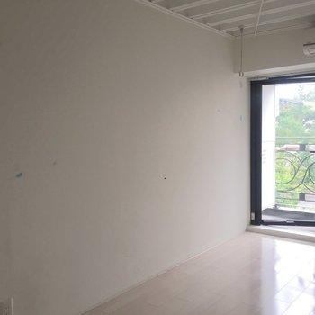 こちらにベッドを置いて。※写真は4階の同間取り別部屋の通電・清掃前のものです
