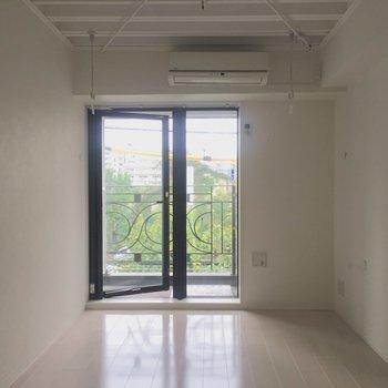 縦に長めのお部屋です。※写真は4階の同間取り別部屋の通電・清掃前のものです