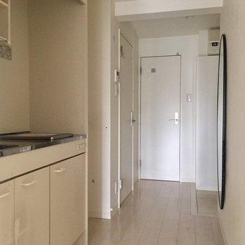 廊下へ行ってみましょう。※写真は4階の同間取り別部屋の通電・清掃前のものです