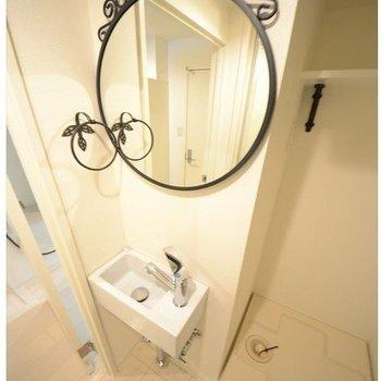 洗面台の鏡がとってもキュート!